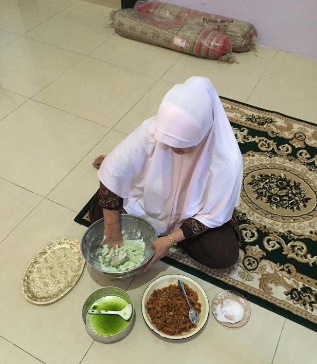 mita's mother making onde onde-banda aceh copy